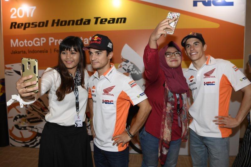 Foto con i tifosi per Marquez e Pedrosa