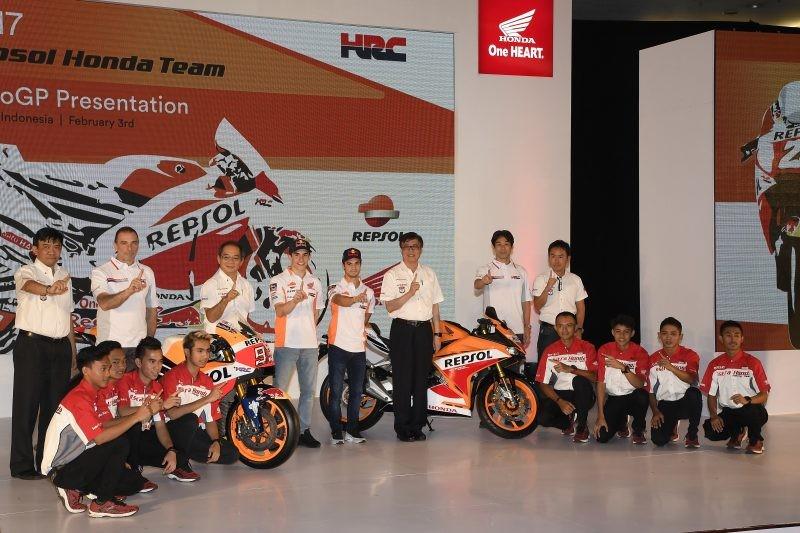 Foto di gruppo del team con le nuove moto
