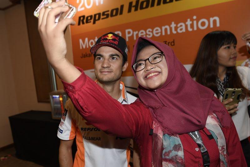 Il selfie di Dani Pedrosa con una tifosa indonesiana