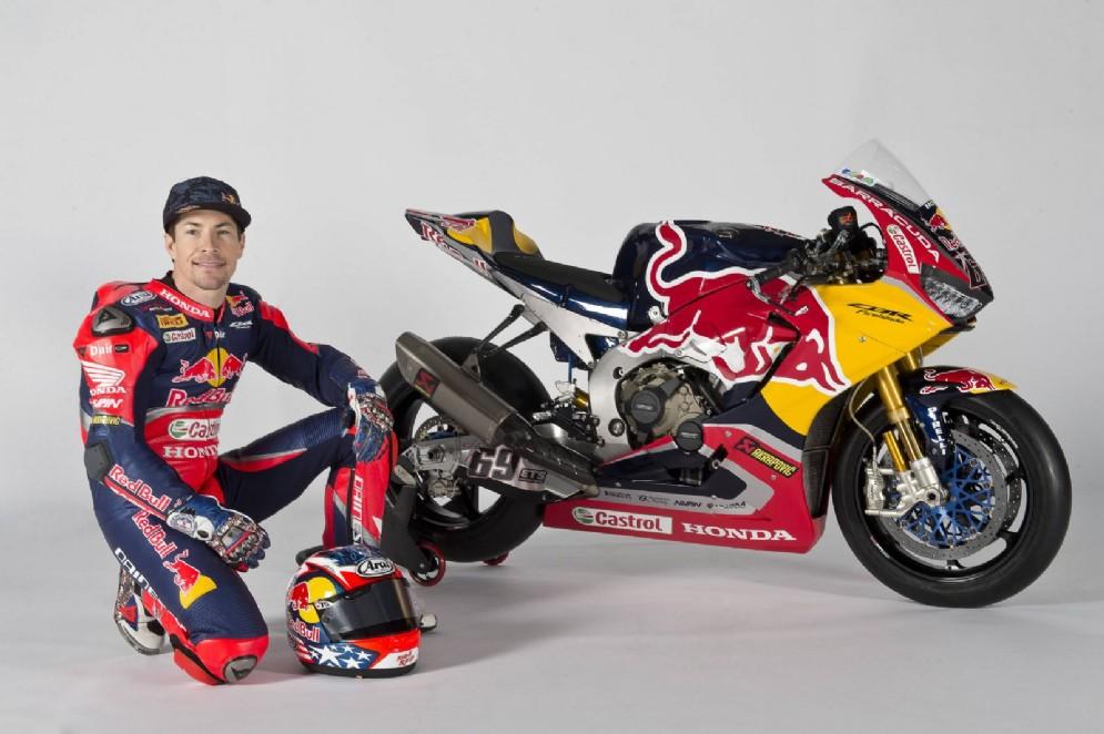 L'ex campione del mondo di MotoGP a fianco della sua moto