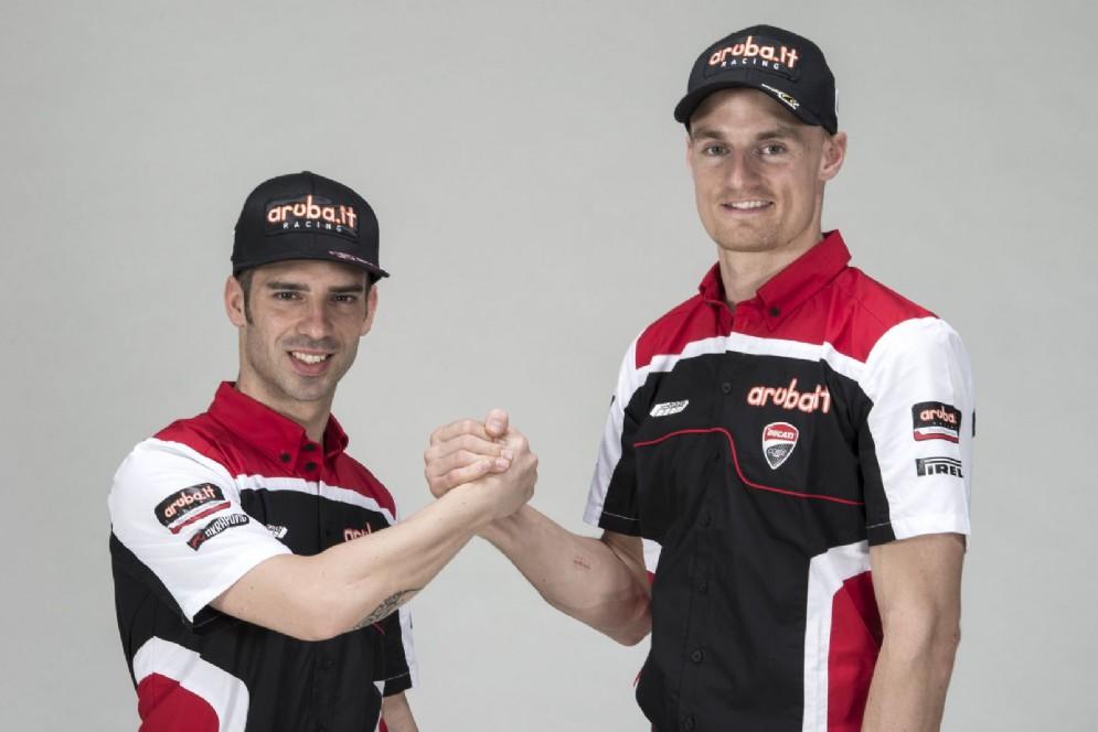 Stretta di mano tra i due piloti della Ducati in Superbike