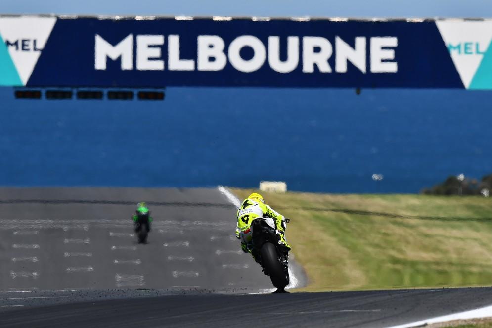 Alvaro Bautista sul rettilineo principale della pista australiana