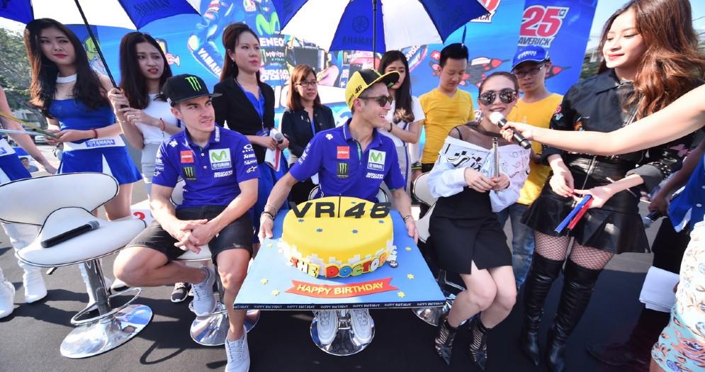 Valentino Rossi con la sua torta di compleanno offertagli dalla Yamaha in Vietnam