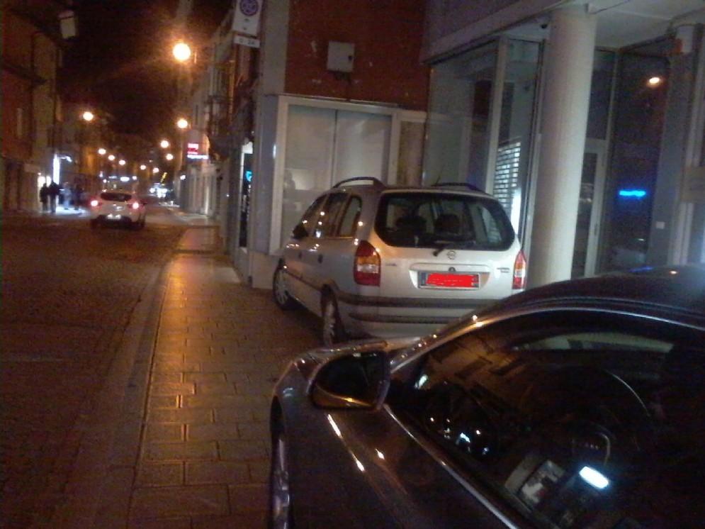 Parcheggi selvaggi in città (© Diario di Udine)