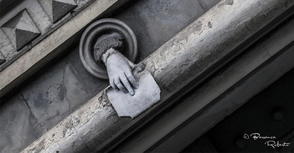 """La mano di Ebe """"sbuca"""" da un palazzo di corso Matteotti 45"""