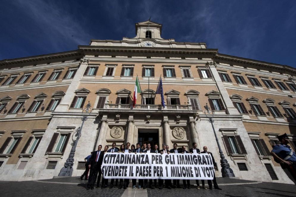 Sit in di protesta dei parlamentari della Lega contro la legge sullo Ius Soli, Piazza Montecitorio, Roma, 8 ottobre 2015