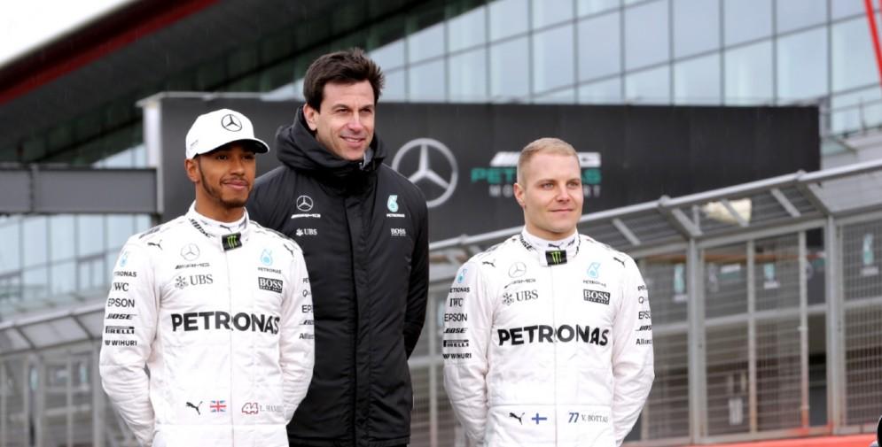 Il team principal Toto Wolff tra i due piloti Lewis Hamilton e Valtteri Bottas