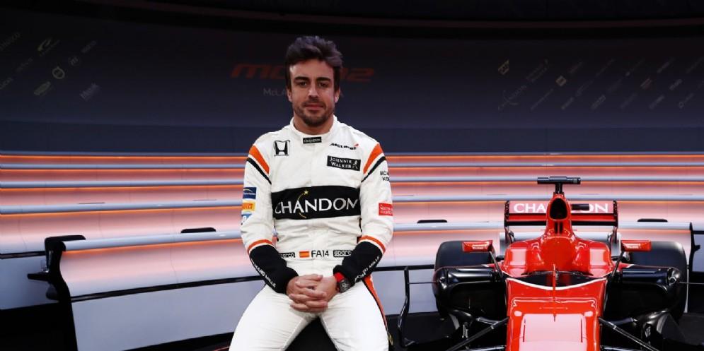 Fernando Alonso con la sua nuova McLaren Mcl32