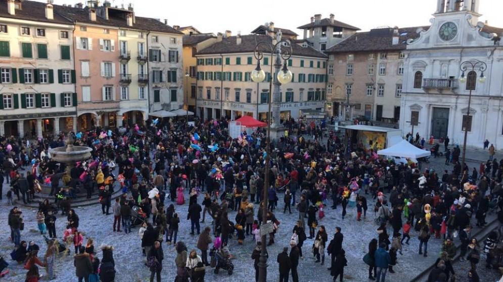Piazza San Giacomo piena per il Carnevale (© Venanzi)
