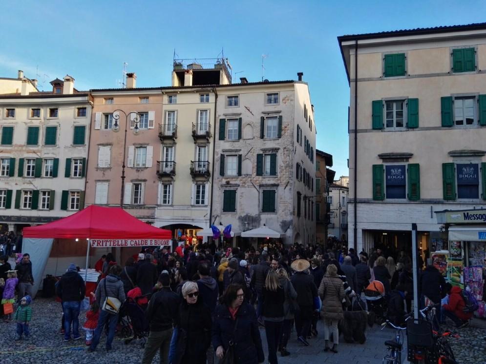 Piazza San Giacomo piena per il Carnevale