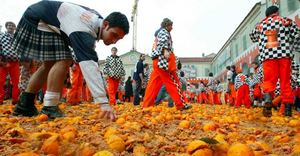 Il tappeto d'arance durante la battaglia dello Storico Carnevale di Ivrea