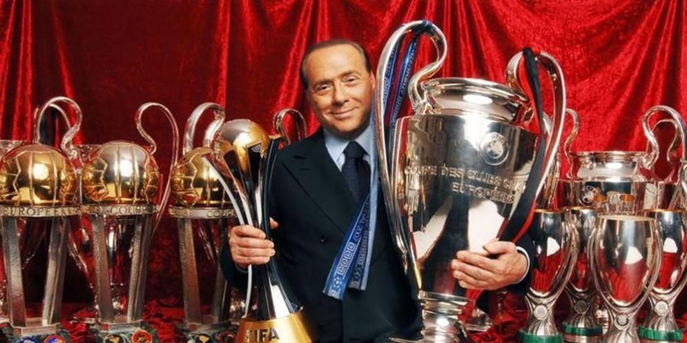 Il presidente Berlusconi con tutti i suoi trofei rossoneri