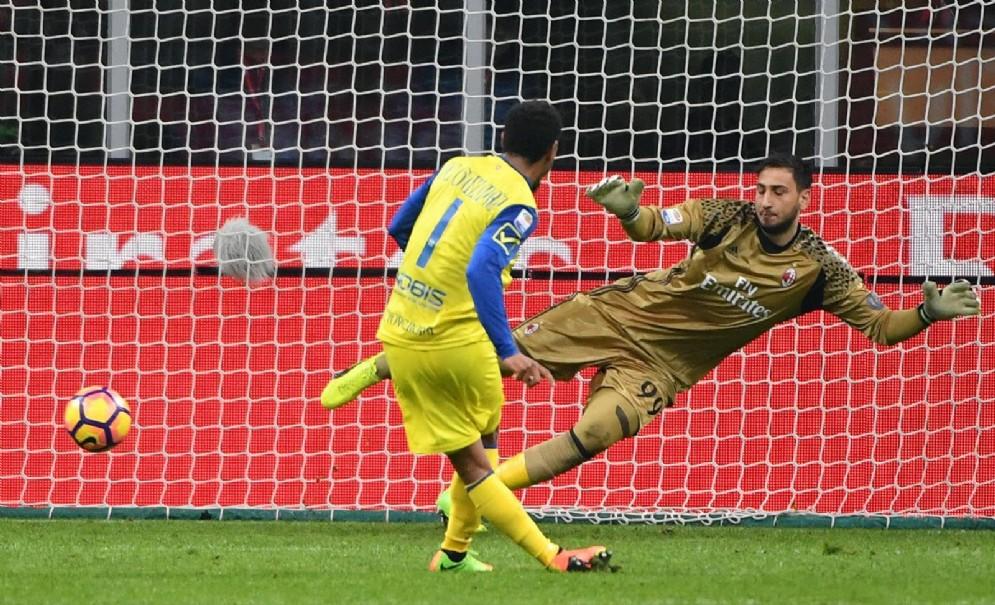 Il calcio di rigore di De Guzman durante Milan-Chievo