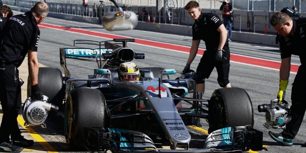 Lewis Hamilton ai box durante la giornata di prove di oggi a Barcellona