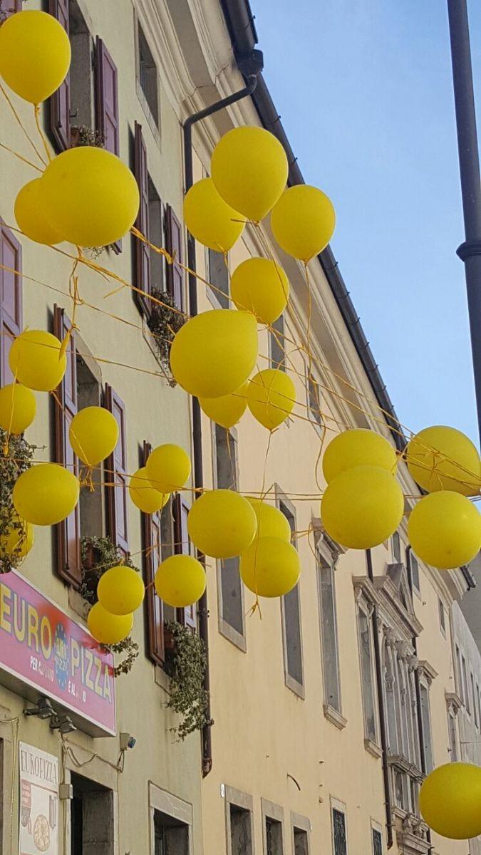 Via Aquileia colorata di giallo