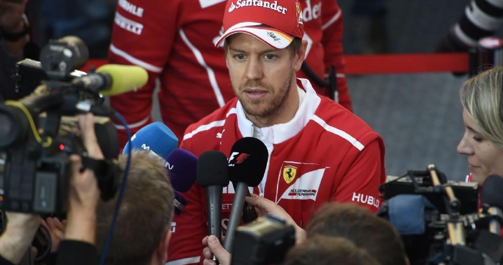Sebastian Vettel parla con i giornalisti a Barcellona