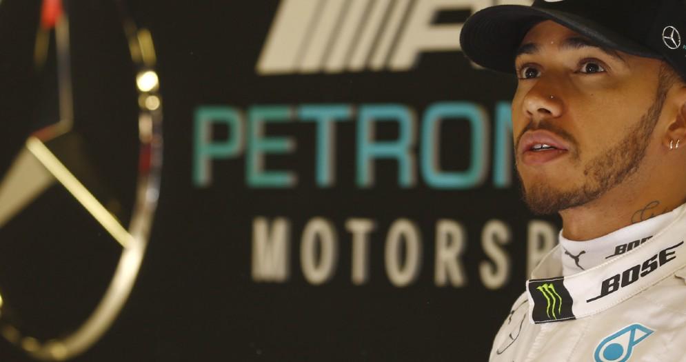 Lewis Hamilton ai box di Barcellona