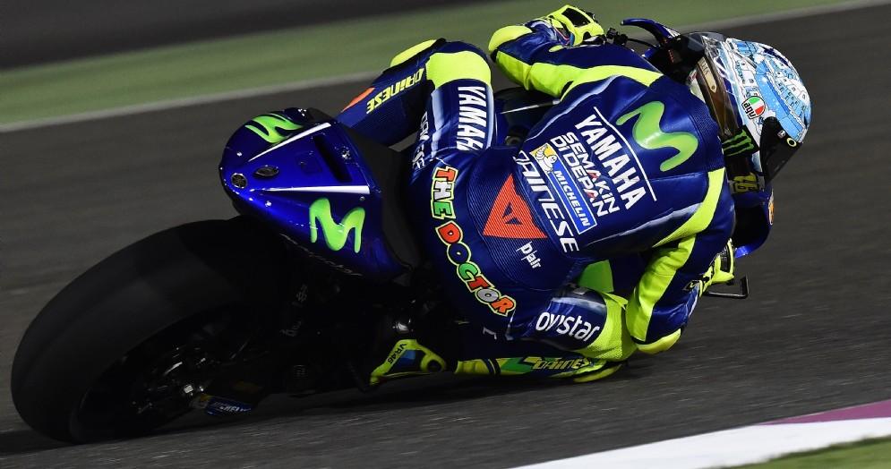 Valentino Rossi in azione sulla Yamaha nei test di Losail