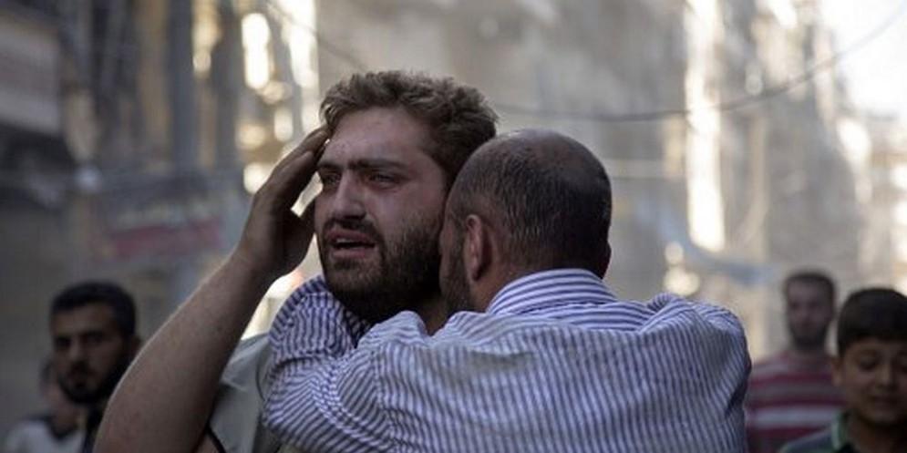 Civili dopo un bombardamento in Siria.