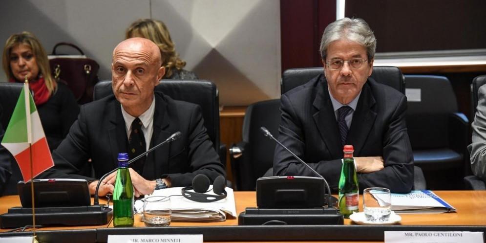 Il ministro dell'Interno Marco Minniti con il premier Paolo Gentiloni.