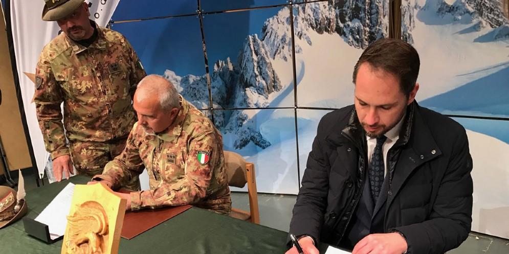 L'assessore Shaurli alla firma dell'accordo