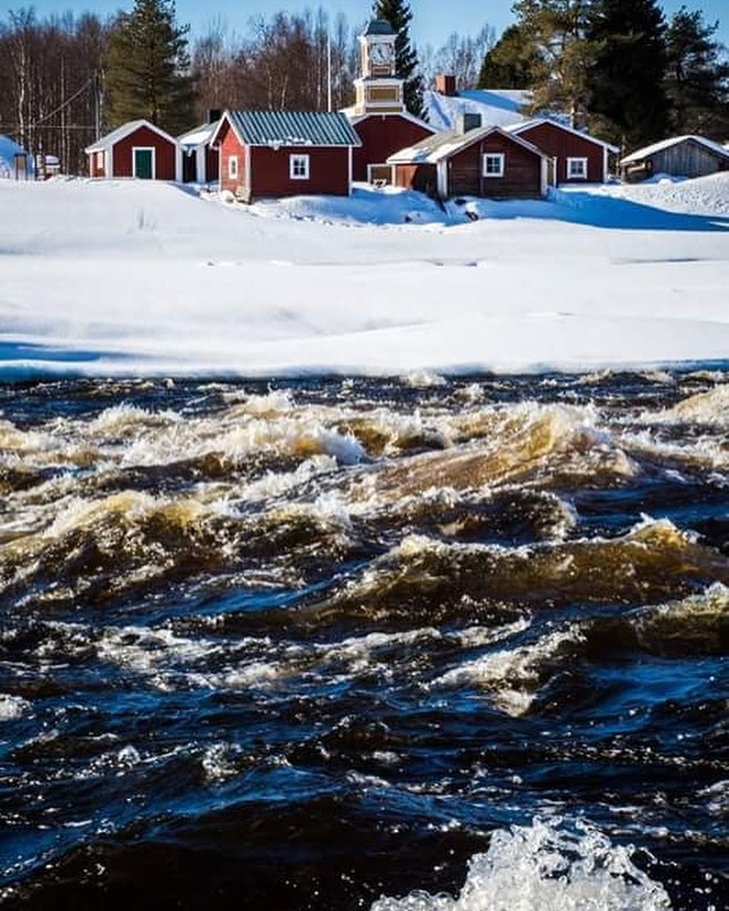 Il fiume nella Valle di Tornio, dove la Finlandia incontra la Svezia