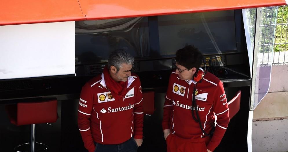 Il team principal Maurizio Arrivabene e il direttore tecnico Mattia Binotto al muretto
