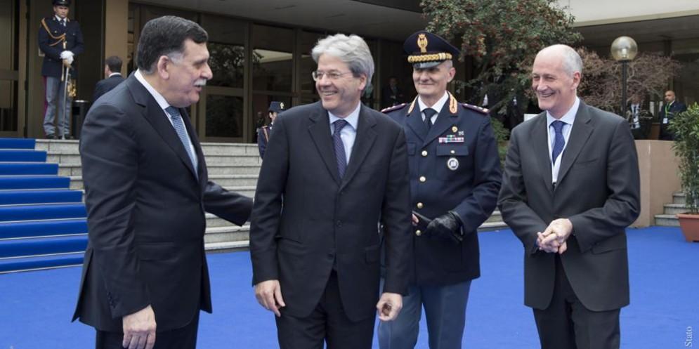 Il premier libico Fayez al-Serraj, quello italiano Paolo Gentiloni e il prefetto Franco Gabrielli, all'uscita dal primo incontro del Gruppo di Contatto.