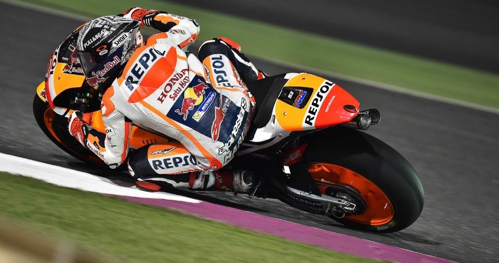 Marc Marquez in azione sulla sua Honda nei test di Losail
