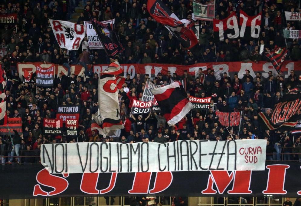 La protesta della tifoseria rossonera a proposito della questione closing