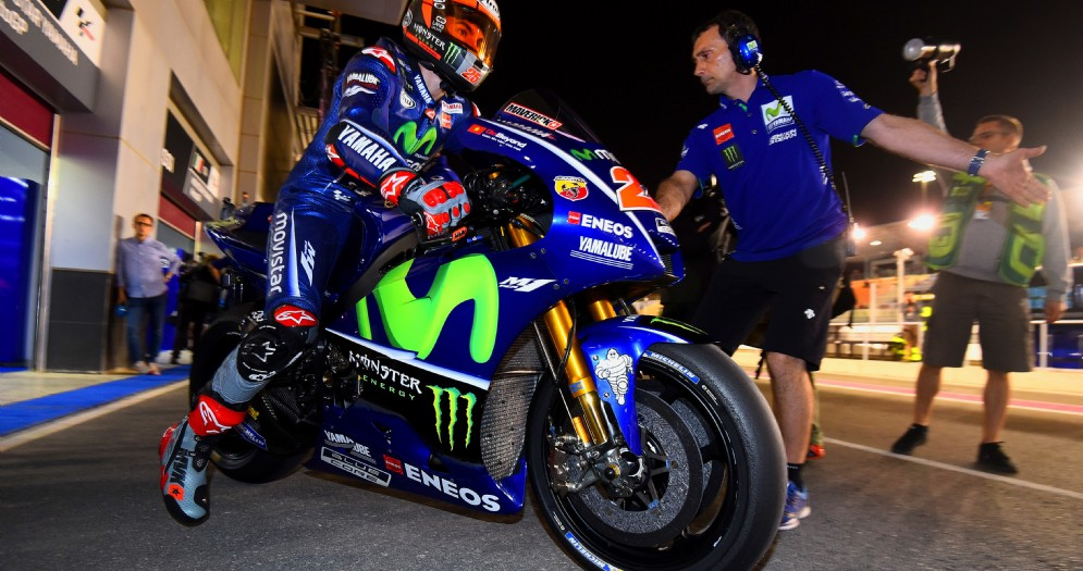 Maverick Vinales esce dai box con la sua Yamaha in Qatar