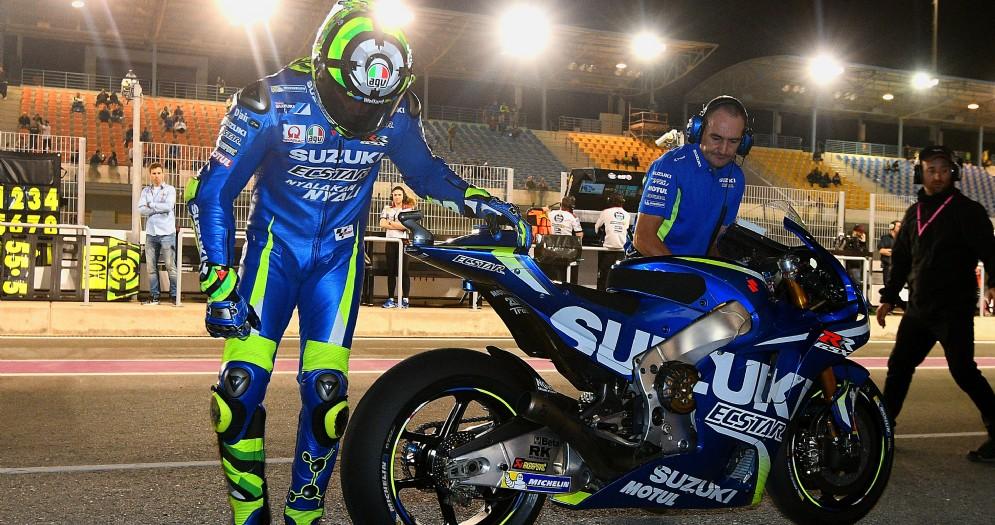 Andrea Iannone con la sua Suzuki nei box di Losail