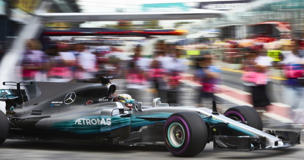 Lewis Hamilton esce dai box in Australia