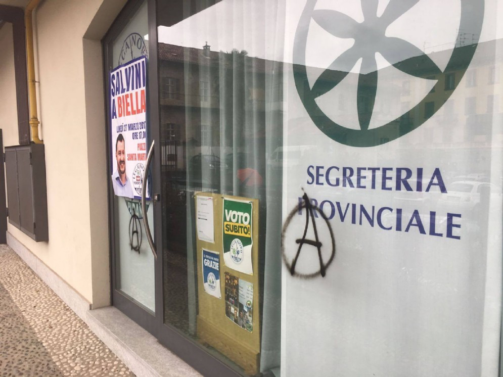 Non è la prima volta che la sede del partito è oggetto di atti di vandalismo