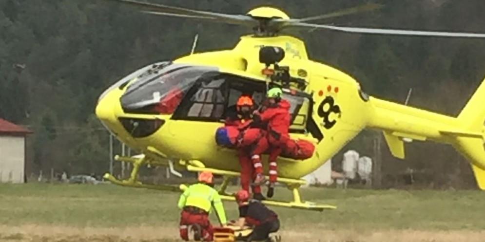 Elitrasportato a Udine dopo essere uscito di strada da solo: è grave