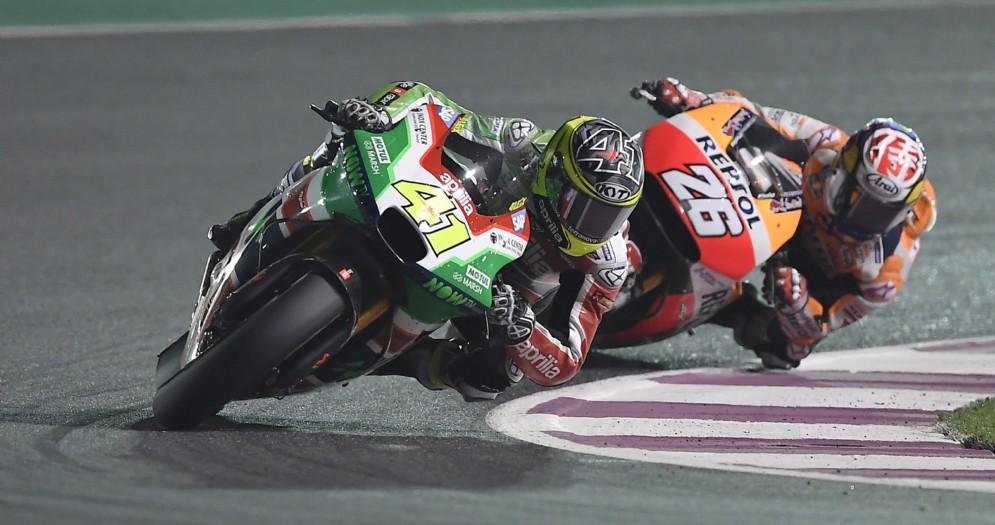 Aleix Espargaro davanti a Dani Pedrosa nel Gran Premio del Qatar