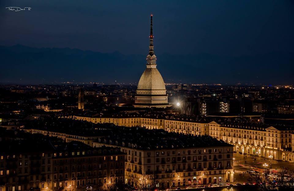 La Mole Antonelliana brilla nella notte