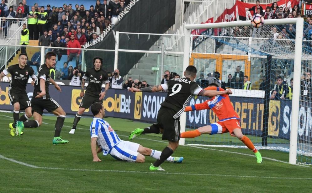 Una fase di gioco di Pescara-Milan 1-1