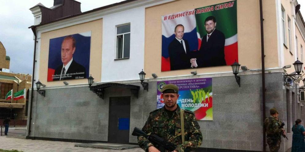 Manifesti che ritraggono Putin e Kadirov a Grozny, in Cecenia.