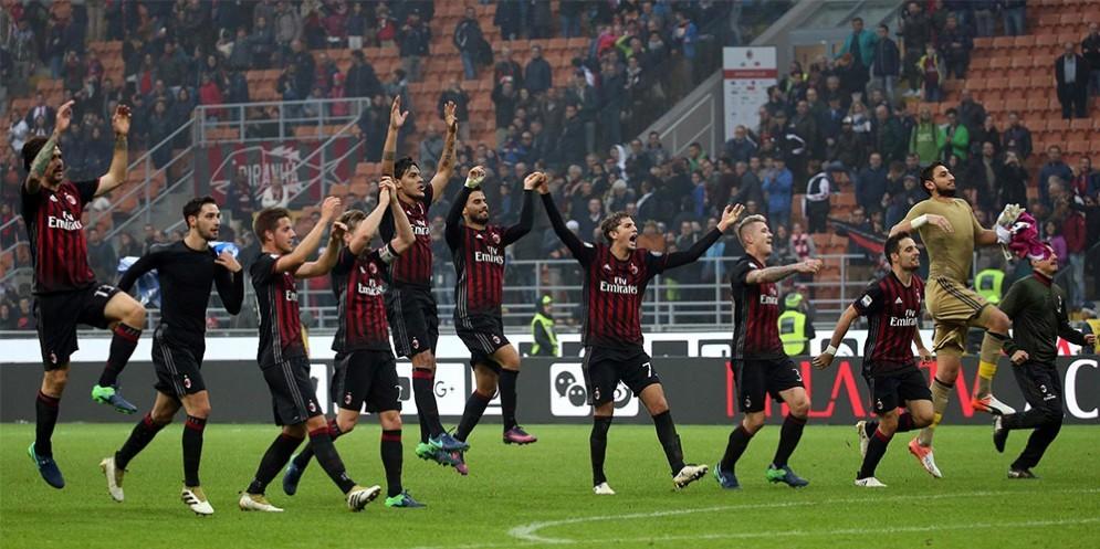 La gioia dei calciatori rossoneri dopo una vittoria
