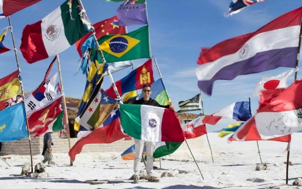 Marco Concina con una bandiera che rappresenta la sua terra (Corno di Rosazzo e Campolongo al Torre) nel deserto del sale dello Uyuni