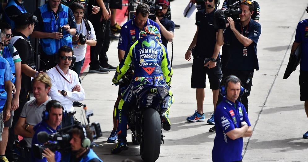 Valentino Rossi rientra ai box della Yamaha in Argentina