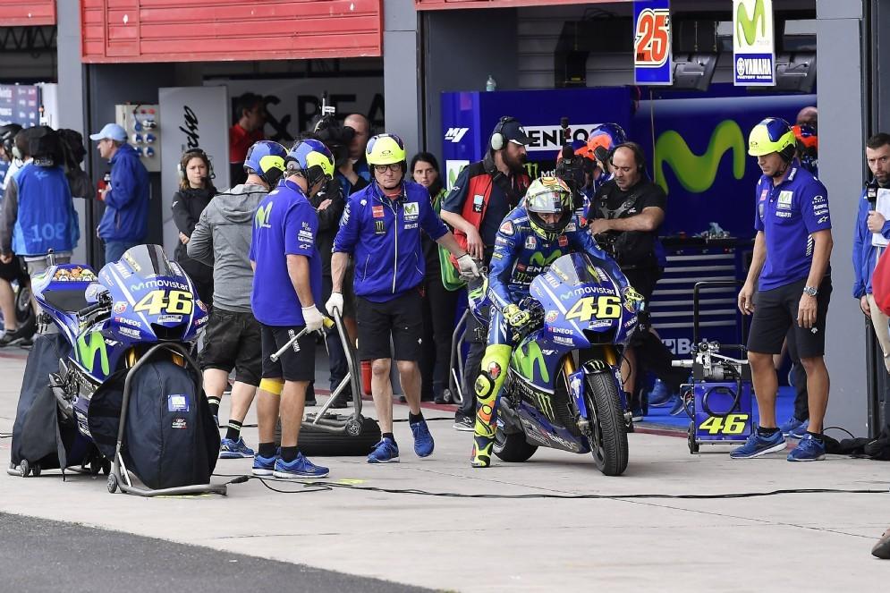 Valentino Rossi esce dai box durante le qualifiche