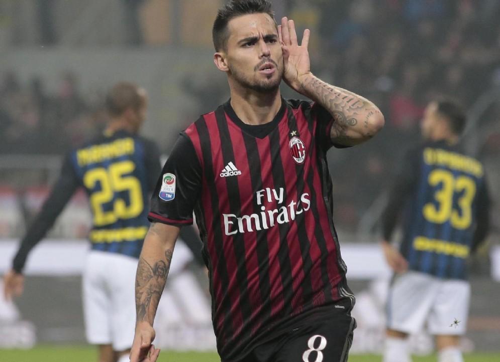 Suso esulta dopo una delle due reti siglate nel derby di andata contro l'Inter