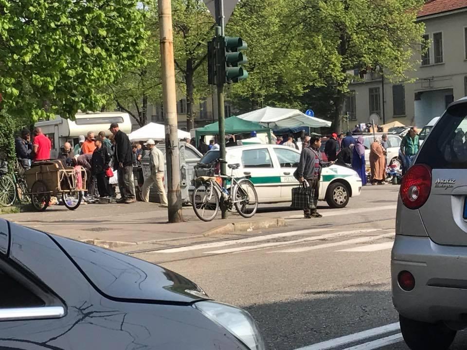 """L'auto della polizia municipale presidia il """"Suk"""""""