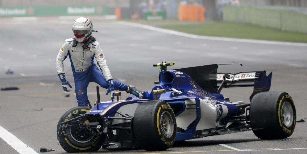 Antonio Giovinazzi scende dalla sua Sauber dopo l'incidente che lo ha messo fuori gara in Cina