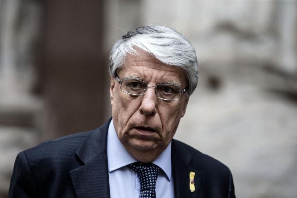 Carlo Giovanardi risponderebbe di rivelazione e utilizzazione di segreti d'ufficio e minaccia o violenza a un corpo politico, amministrativo o giudiziario dello Stato, con l'aggravante di aver agevolato l'associazione mafiosa al centro dei process