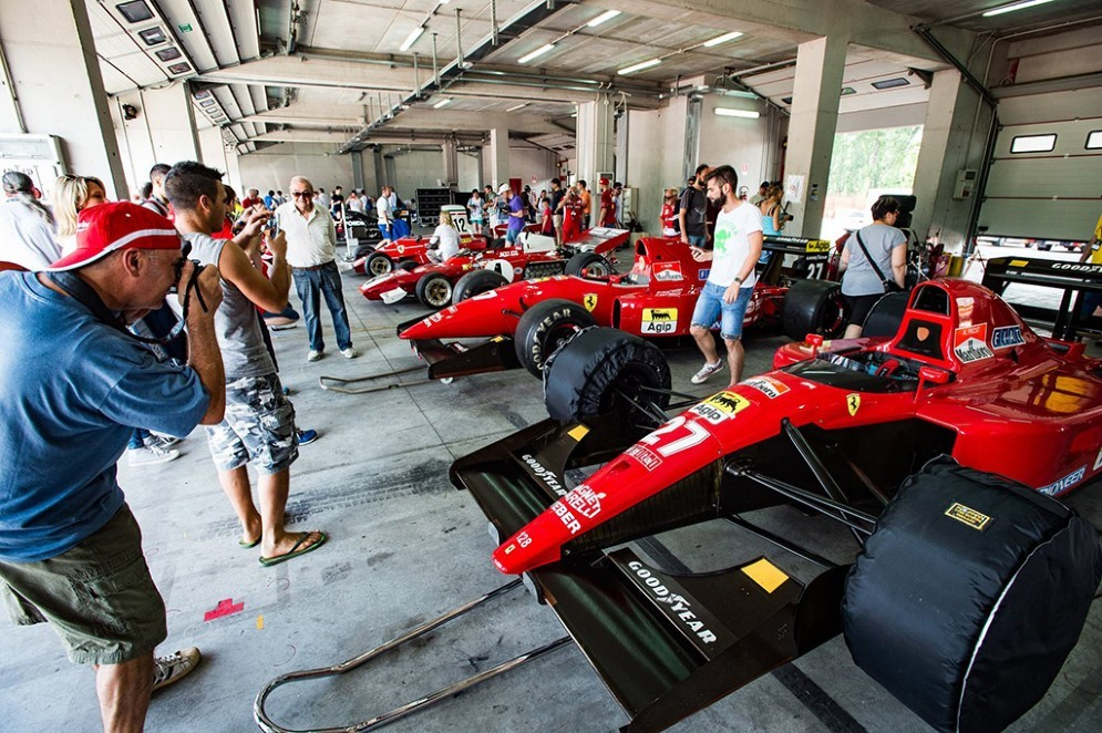 Le Ferrari nel box di Imola