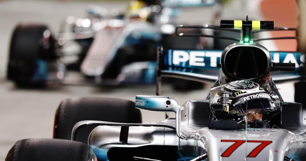 Valtteri Bottas davanti a Lewis Hamilton nel parco chiuso dopo le qualifiche in Bahrein
