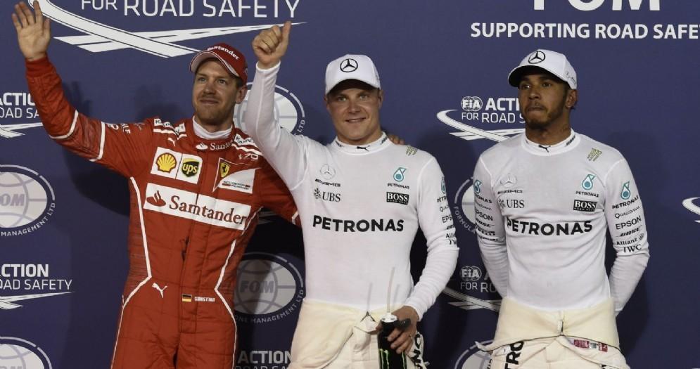Il podio delle qualifiche in Bahrein: Valtteri Bottas, Lewis Hamilton e Sebastian Vettel